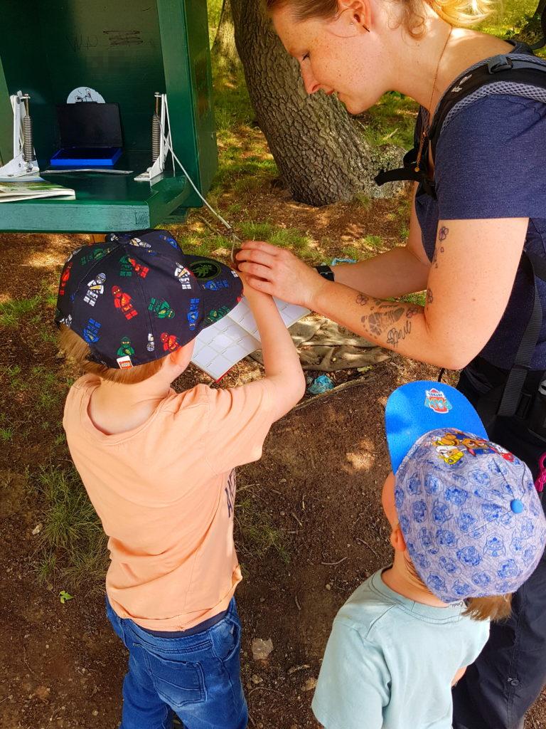 Stempelstelle 86 bei den Bisons in Stangerode mit Kindern. Die Kids dürfen selber abstempeln.