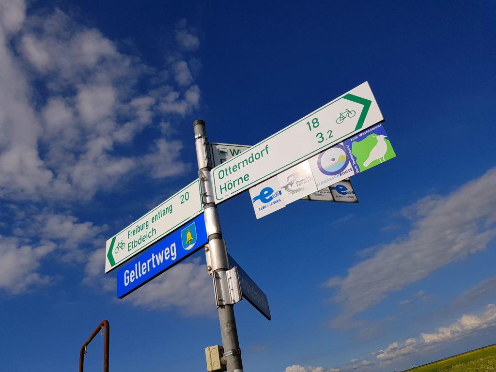 Schild Radwege und Wanderwege im Alten Land in Balje