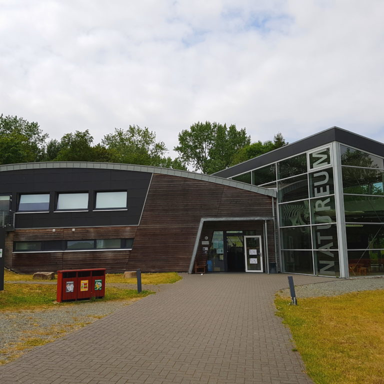 Das Gebäude Natureum Niederelbe in Balje von Vorne
