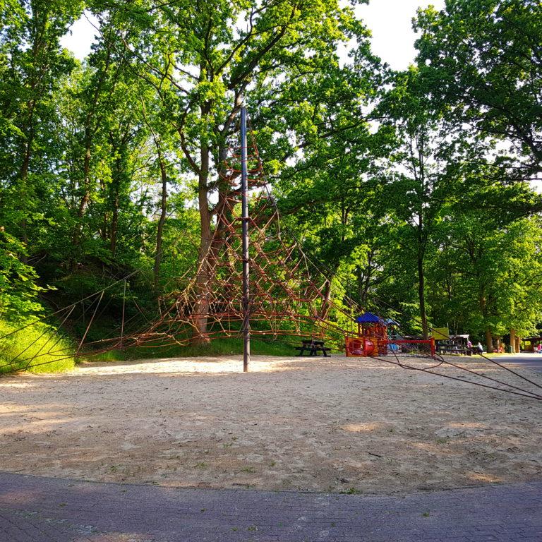 Kletterpyramide und kleiner Spielplatz im Spielpark in der Wingst
