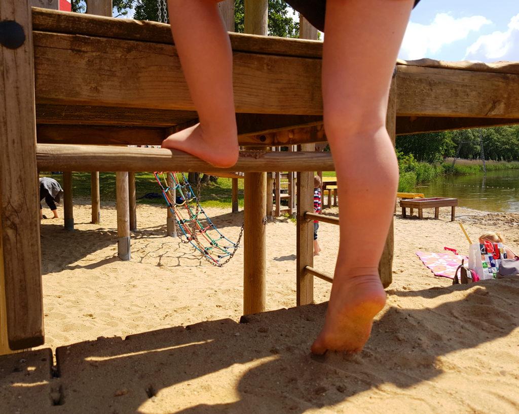 Spielplatz in Otterndorf am See hinterm Deich, Junge Klettert