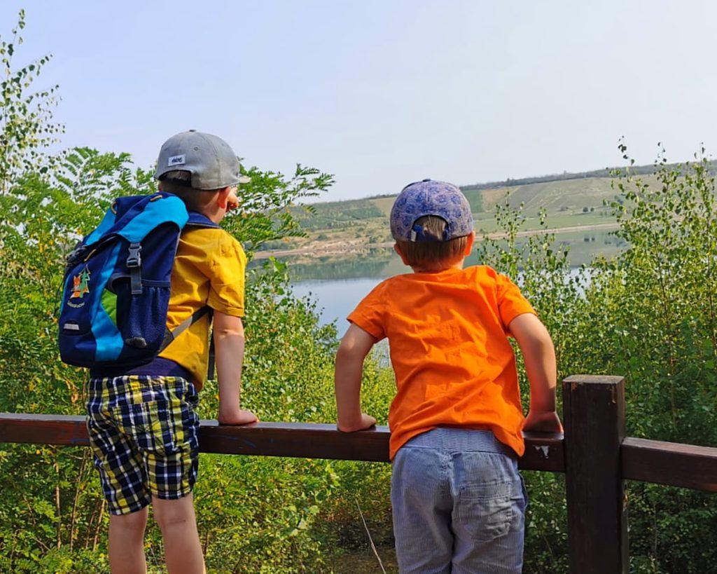 Kinder gucken vom Aussichtspunkt auf den Geiseltalsee
