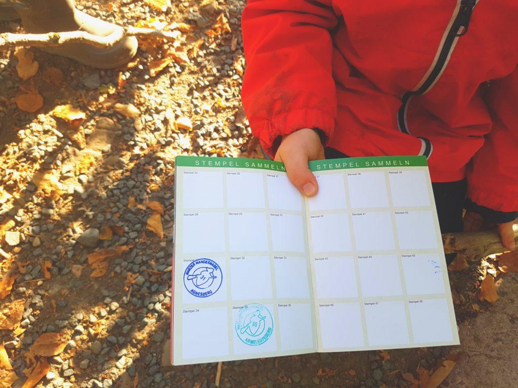 harzer wandernadel, kind zeigt seinen stempelpass, stempelstelle hwn 31 agnesberg