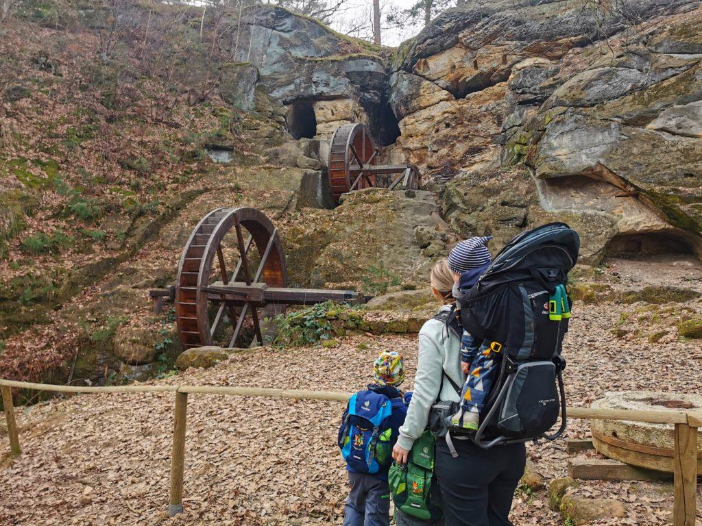 Familie wandert im Harz an der Regensteinmühle in Blankenburg