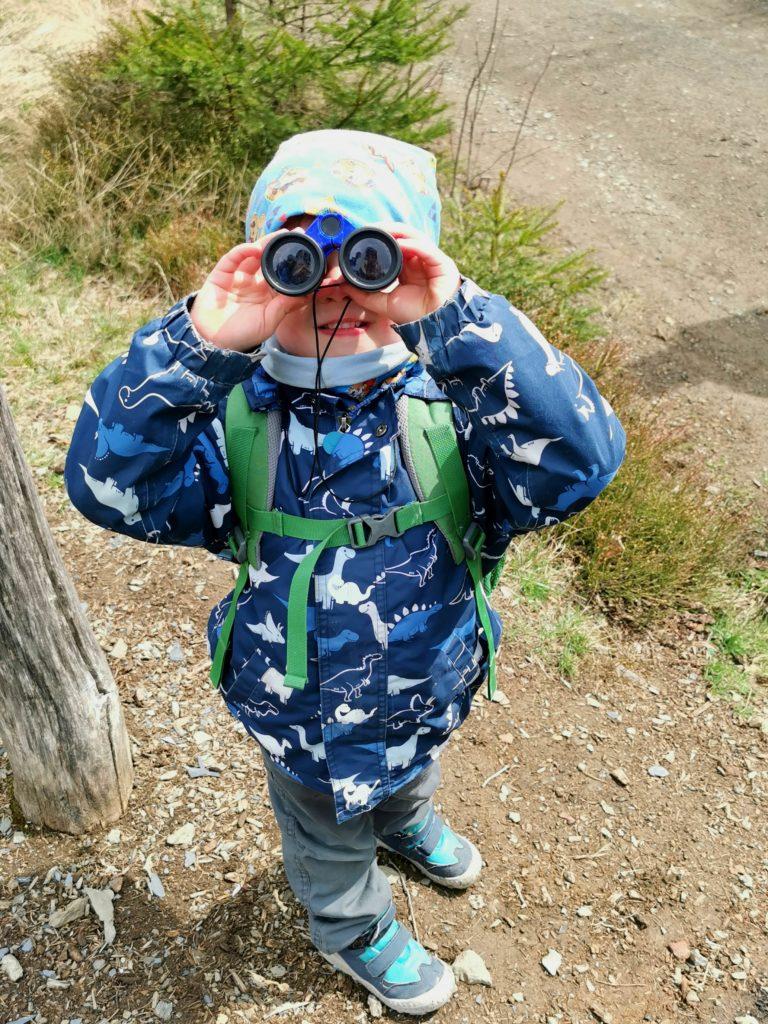 Kleiner Junge von Rabaukenvomsee mit Fernglas beim Wandern im Harz