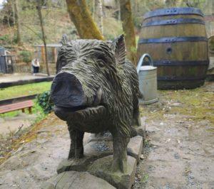 Wildschwein aus Holz im Tierpark Weißenfels
